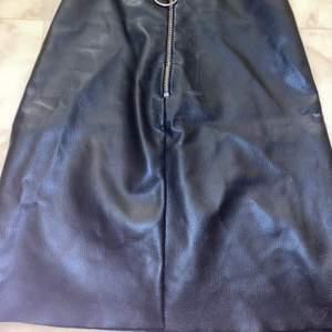 priset är ink frakt !!!!!!!fake skinkjol från Gina. använd max 2 gånger . storlek xs , passar s med. skit cool kjol som går att matcha mot det mesta