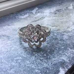 Jätte gullig armband, med en blomma på.🌸 man öppnar som på bild 3 och skulle nog säga den passar nästan alla!