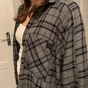 Så fin skjorta från Urban Outfitters som inte kommer till användning längre❤️ Men det va min absoluta favvo plagg förut! Storlek XS men är väldigt over sized🙏🏼 köpte den för 600kr💞