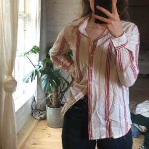 Jättefin röd/vin skjorta från bikbok i strl S. Använd några gången men i fint skick! (Köpare står för frakt)🐊