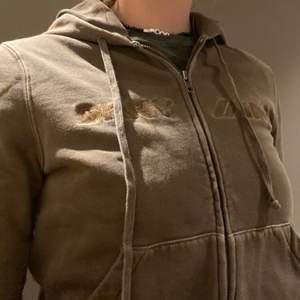Intressekoll på min vintage hoodie från DKNY.🥰