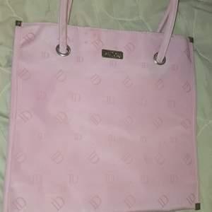 Säljer min ISADORA väska som jag köpte på secondhand min den är inte använd den kanske ser lite smutsig ut på bilden men det är för att jag inte har hunnit tvätta den