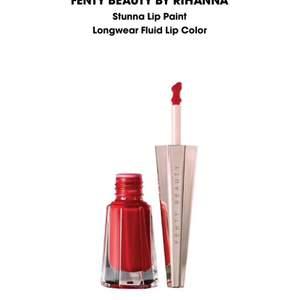 Fenty Beauty Stunna Lip Paint, liquid lipstick i färgen Uncensored. Aldrig använd, bara swatchad med tops. Nypris 299kr på Sephora.