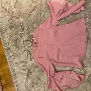 Ny jättefin rosa blus från Ted Baker. Dragkedja på baksidan och med volangärmar.
