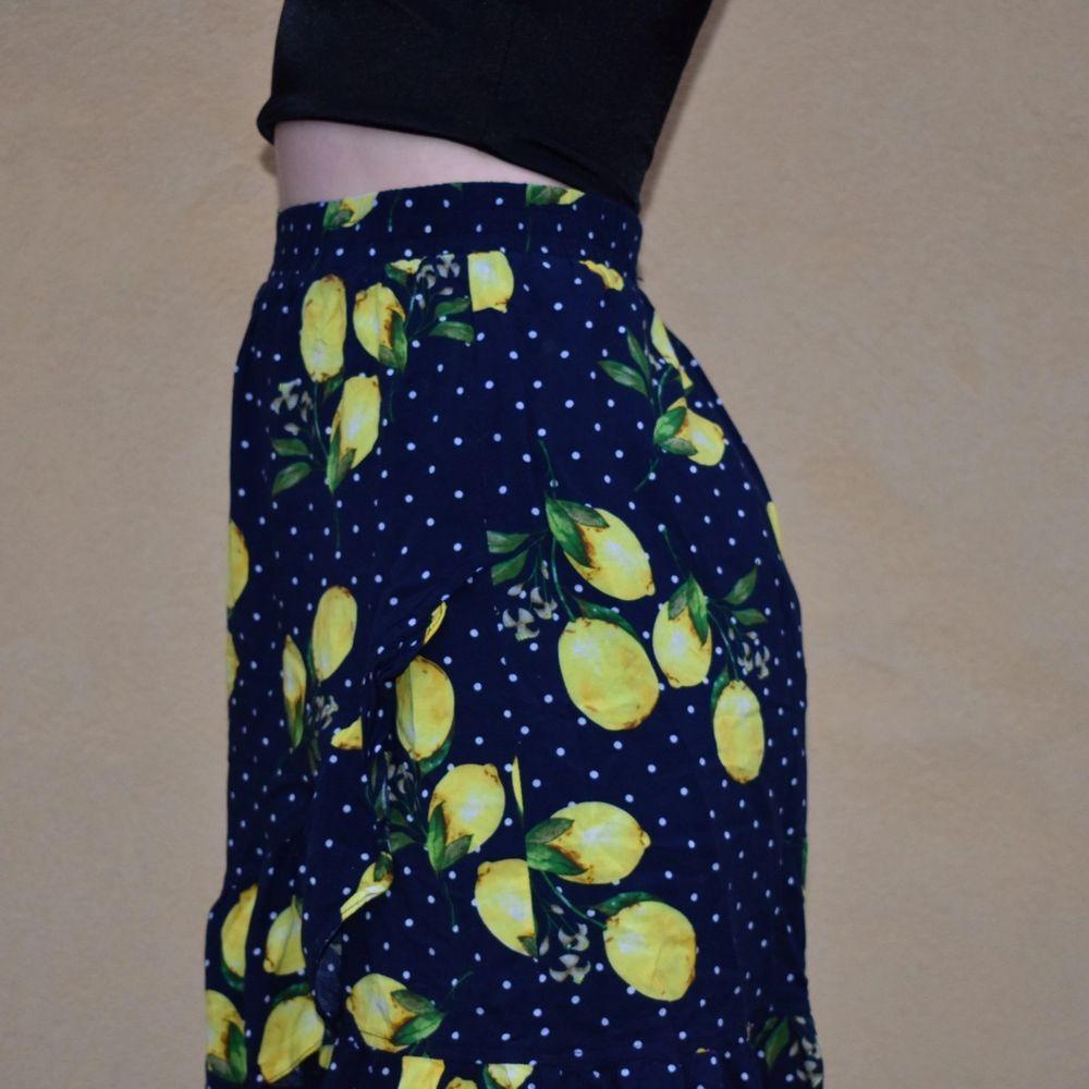 Jättesöt kjol från smashed lemon i storlek 36. En liten volang längst ner.☺️  köpt för 250kr. Kjolar.