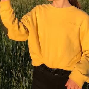Skön gul, lite oversized sweatshirt i gott skick💛skriv för fler bilder eller mer info!