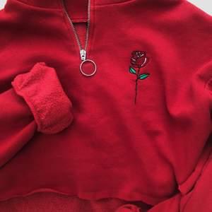 Croppad sweatshirt med dragkedja och en broderad ros på bröstet. Fin men kommer inte till användning av mig tyvärr, har bara använt några enstaka gånger. Förutom att jag har klippt av den längst ner (croppat) så är den nyskick. Det står L i den men den passar även mig som har S, så det beror på hur man vill att den ska sitta! Mysigt material på insidan!💖