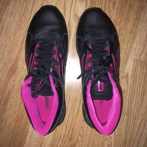Reebok skor, knappt använda. Kan användas både inne och ute, köparen står för frakten