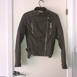 Chiquelle Moto Jacket ArmyGreen 300 Köparen står för frakten
