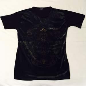 Mjuk och skön t-shirt med tyg utav sammet  i kroppen och vanligt tyg i armarna.