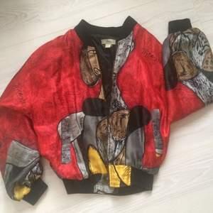 """Suuuuper fin silkes bomber jacka! Väldigt oldschool """"Picasso tryck"""" den har mest bara hängt i garderoben utan användning men den förtjänar att synas!"""