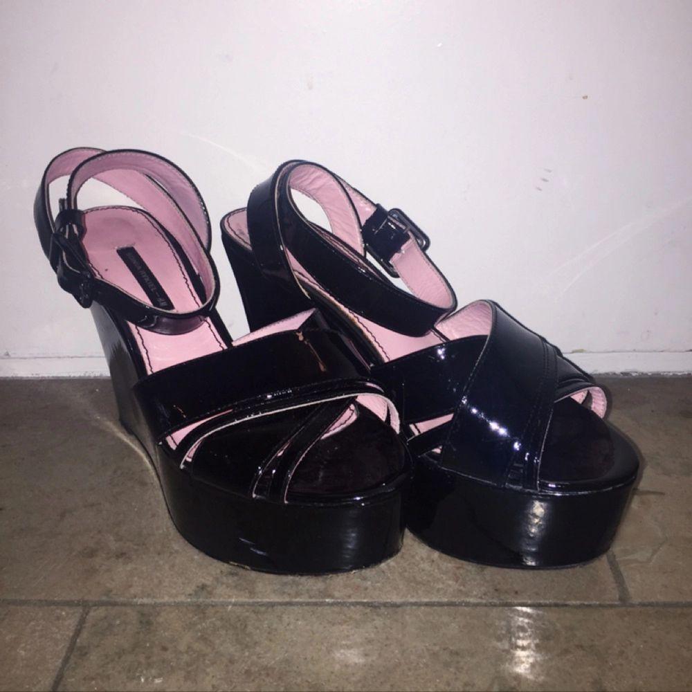 Platåskor i svart lack från Sonia Rykiels kollektion för H&M. Rosa innermaterial och fint lackspänne. Små slitningar i lacken, som inte syns på håll. Köparen står för ev. frakt.. Skor.