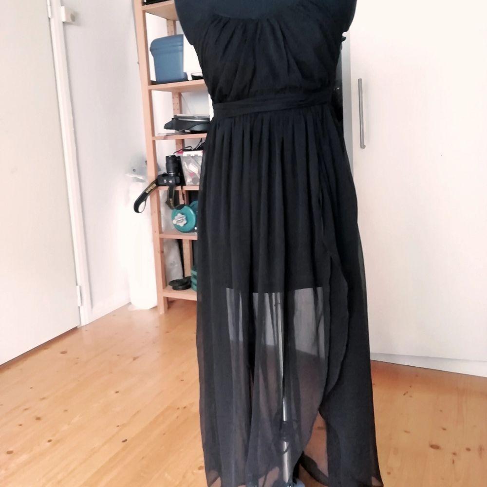 Svart klänning med slit i kjolen. Jag har ingen aning var den kommer ifrån och om den varit använd. . Klänningar.