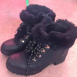 Tjocka och varma vinter skor, svarta med guld detaljer, har en kedja på sidan, nyskick endast använda ett par gånger nypris : 500