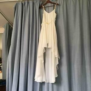 High-low klänning från Ida Sjöstedt, aldrig använd. Knytband i midjan så storleken är justerbar. Perfekt till bal eller student!   Frakt ingår!