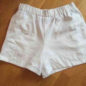 Jättefina vita  shorts som tyvärr är försmå För mig. Passar S-M Stl 38 Gina tricot Resår i midjan