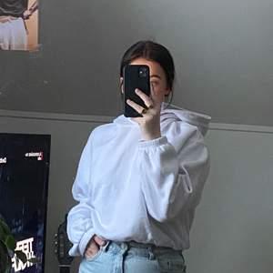 Hoodie från Zara som knappt kommit till användning och därav i väldigt bra skick🥰 Har ett resårband i midjan vilket ger en väldigt snygg passform💕 FRAKT INGÅR I PRISET🌿
