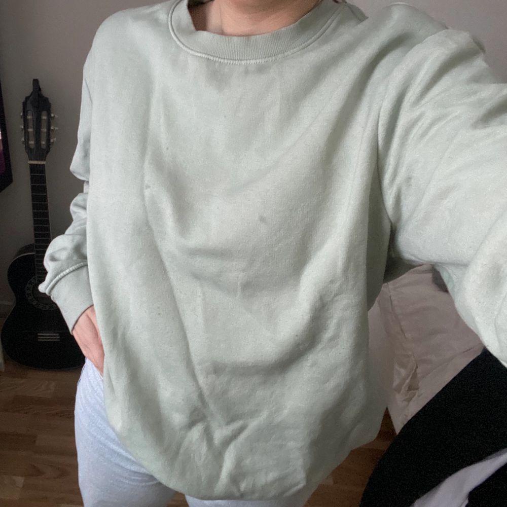 Superfin sweatshirt som inte längre kommer till användning💕 Köpt på HM för ca ett halv år sedan, det är herrmodell S✨ Passar mig som normalt har S/M🥰 FRAKT INGÅR I PRISET🌿. Tröjor & Koftor.