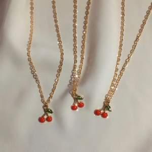 cherry halsband 🍒🤍 39:- + frakt 11 kr ♡ - körsbärshänge - guldfärgad kedja ca 40 cm - förlängning ♡ - beställ via celeste.etsy.com - celestesmycken @ instagram 🤍✨ ♡ #smycken #halsband #körsbär