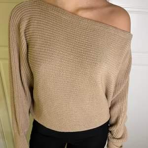 En väldigt fin beige stickad tröja, one shoulder i storlek L men passar även M och S! 80kr+frakt!