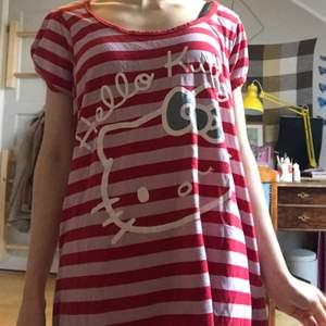 Så gullig randig klänning med hello Kitty tryck!! Storlek M men sitter bra på mig med xs/s, samtidigt som den är stretchig och nog passar större storlekar ❤️❤️