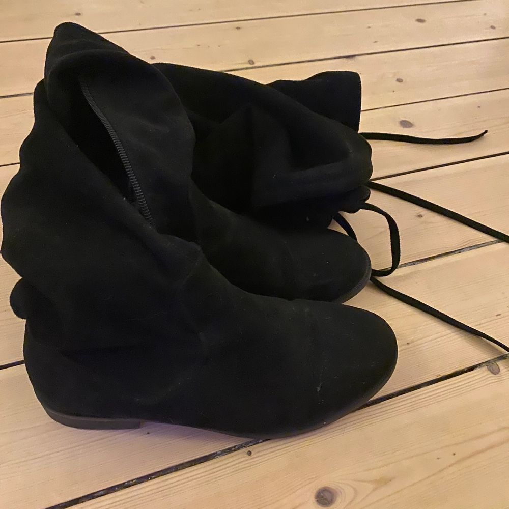 Overknees som i fint skick i st 37💕. Inte använda mycket o säljer eftersom de är för små. Skor.