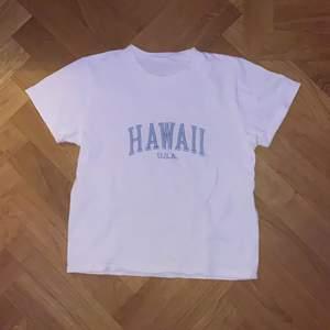 Används 2 gånger förra sommarn. Super fin vit hawaii t shirt. Fin stark text som ej är urtvättad. Nypris 349.
