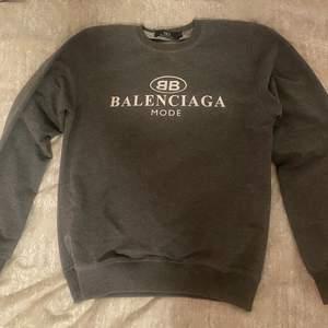 Säljer min Balenciaga tröja som är använt ett fåtal gånger. Är en A-kopia, är tunn i sitt material och väldigt bra kvalite. Tröjan är i storlek S, är köpt utomlands. Frakt ingår i priset, kan mötas upp eller frakta!