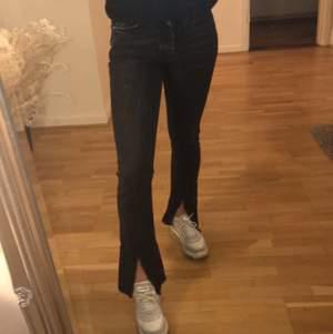Jeans med slits från bikbok. Storlek XS, men skulle säga att det är en liten XS och mer mot xxs. Jag är 164 lång. 80kr + 59kr frakt