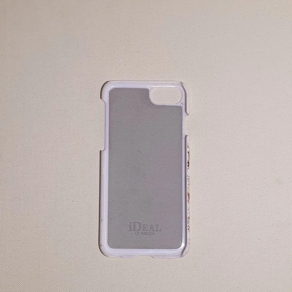Säljer detta skal från iDeal of Sweden. Passar till iPhone 6/7/8/SE. Använt en del och ett litet slitage finns men absolut inget man tänker på/ser. Nypris 249 kr.. Accessoarer.