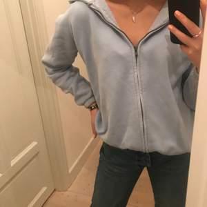 Jättefin ljusblå zip-up hoodie från zara som använts att antal få gånger. Hoddien finns tyvärr inte kvar på hemsidan men har för mig att jag köpte den för 200kr! Passar perfekt till både xs och s, hör av dig vid intresse!!💕💕💕