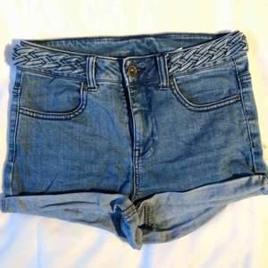 Blå jeansshorts med fläta. Är i använt begagnat skick men inga fläckar eller liknande. Köparen betalar frakten. (Har 2 par där av 2 annonser)