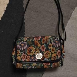 Axelbandsväska från åhlens med justerbar rem i fint skick! Nypris 300 kr Kan mötas upp i stockholm annars tillkommer frakt på 60 kr💘