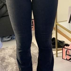 Snygga bootcut jeans från Gina tyvärr försmå min kompis är modell kontaktat mig om du har någon fråga eller så💖 säljer för 100kr