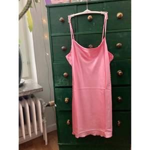 Silkig klänning med spets på sidorna, använd 1 gång, gratis frakt!