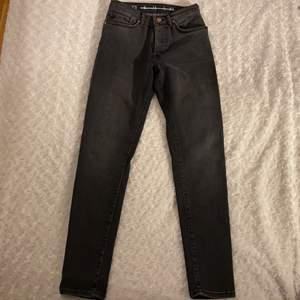"""Fina jeans från Bikbok i storlek XS i """"tvättad"""" färg 🖤🖤 Jeansen har knappar istället för dragkedja. Jeansen ska vara i mom-fit men skulle säga att dem ändå sitter ganska tight mot benen. Jeansen är oanvända, därav priset ☺️💗 Samfraktar gärna med andra plagg och betalning sker via Swish <33"""