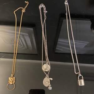 Från vänster till höger: Halsband 1, köpt på glitter. Halsband 2, köpt på Ur&pen. Halsband 3, köpt på glitter. Säljer dessa för 30kr styck, priset kan diskuteras vid köp av fler💕