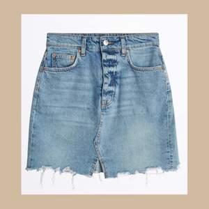 Blå jeanskjol från Gina Tricot finns i storlek 34 & 36💙🦋 Helt nya, oanvända. Nypris: 399kr vårat pris: 100kr +frakt 🚚