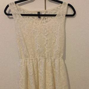 Super fint vita klänning 🤍, skicka för fler bilde🤍 kom gärna med bud vid intresse 😃