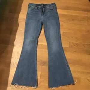 Jeans från hollister! De är normalhöga i midjan, passar folk mellan 158-168 skulle jag säga. Nästan aldrig använda pga de är för stora