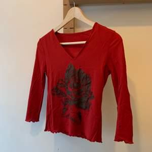 En fin röd tröja, använd några få gånger, säljer pga att jag rensar min garderob. ordinarie pris: vet inte Storlek:xs Hör av er vid intresse eller för mer bilder♡  Pris är exklusive frakt. Frakt kostar 44kr