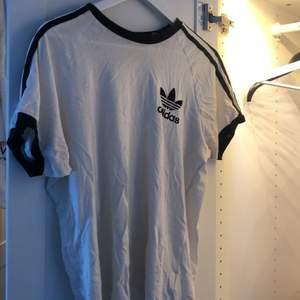 Svartvit Adidas t-shirt! Säljes på grund av att jag rensar min garderob 🌟🌟 passar både killar som tjejer.