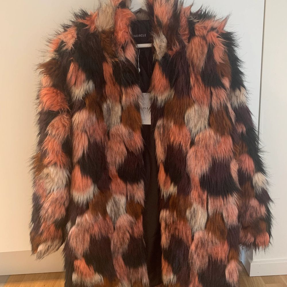 Fauxfur färgglad jacka från Rut & Circle som kom aldrig till användning. Köpte den för 1300kr. Budgivning från 100kr!. Jackor.