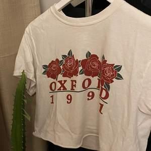 """100kr med frakt. Perfekta vita t-shirten som ändå ger lite form. Funkar att ha med trycket fram men går också att vända den """"bak och fram"""" och ha vit framsida och tryck i ryggen. RECOMEND! Storleken är ONESIZE men skulle säga XS/S. Trycket: Oxford 1991"""