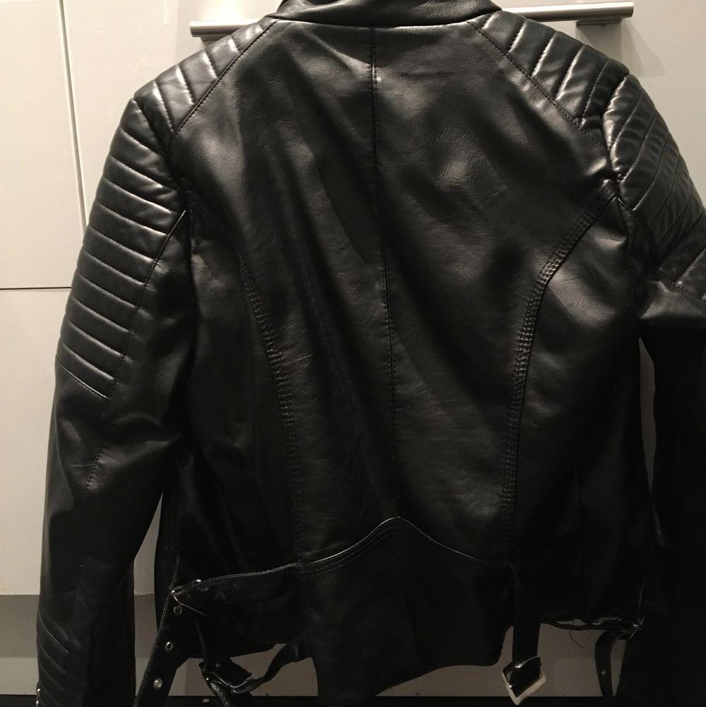 Skinnjacka från chiquelle i nyskick. Jackan är i storlek 40 men passar M/stor S. . Jackor.