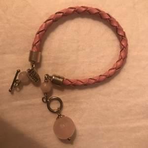 Sött litet armband i rosa flätat läder.