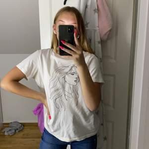 En fin tröja från Vero Moda. Skulle säga att den passar s/m. Den passar mig som har s/xs ❤️