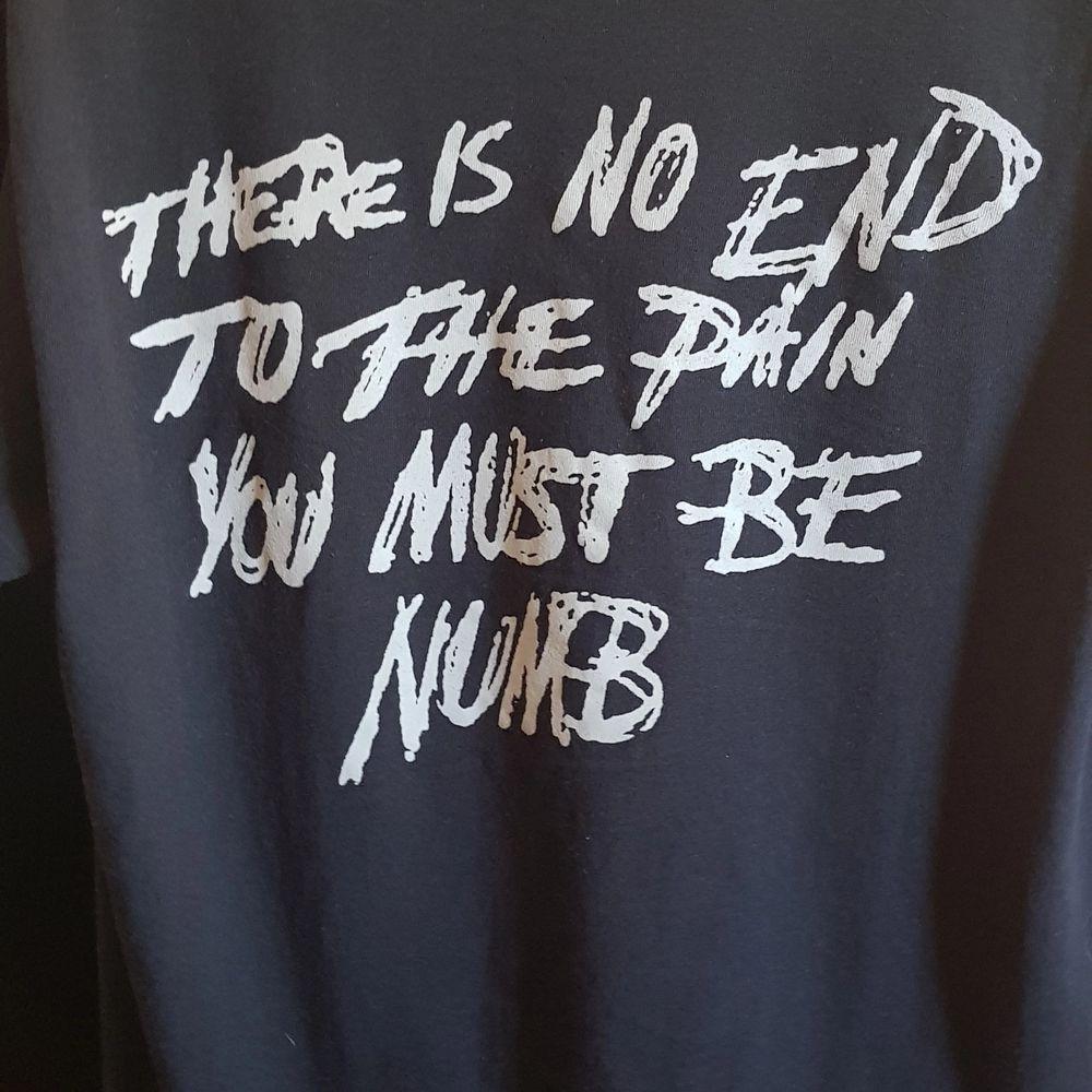 Unisex XXTentacion t-shirt. Helt äkta, köpt från xxx webshop i början av 2018, Svår att få tag på i dagsläget. Stolek medium. Använd ett fåtal gånger. Välkommen att lägga ett bud, eller köp på direkten för 700.. T-shirts.