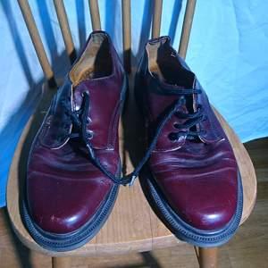 Vinröda låga skor som ser ut exakt som doc martens, men verkar inte vara det. Vintage hur som helst. Ingen storleksmärkning men bör passa runt 40