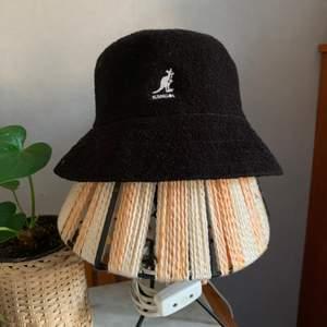 Kangol Bermuda hatt använd typ en gång. Mint cond. Pris inkl frakt